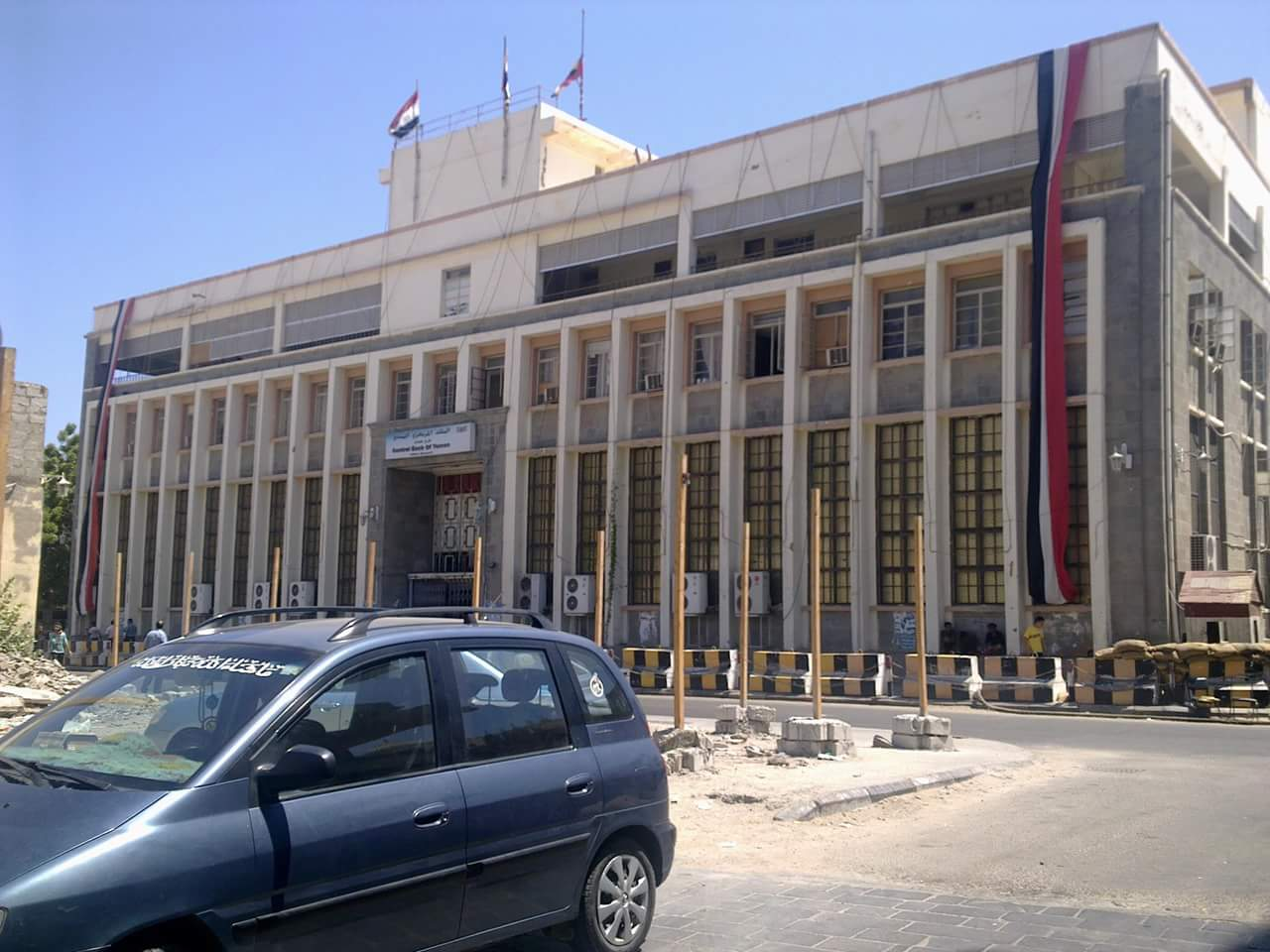 Photo of الإمارات تمنع وصول (170 مليار يمني) إلى ميناء عدن (ترجمة)