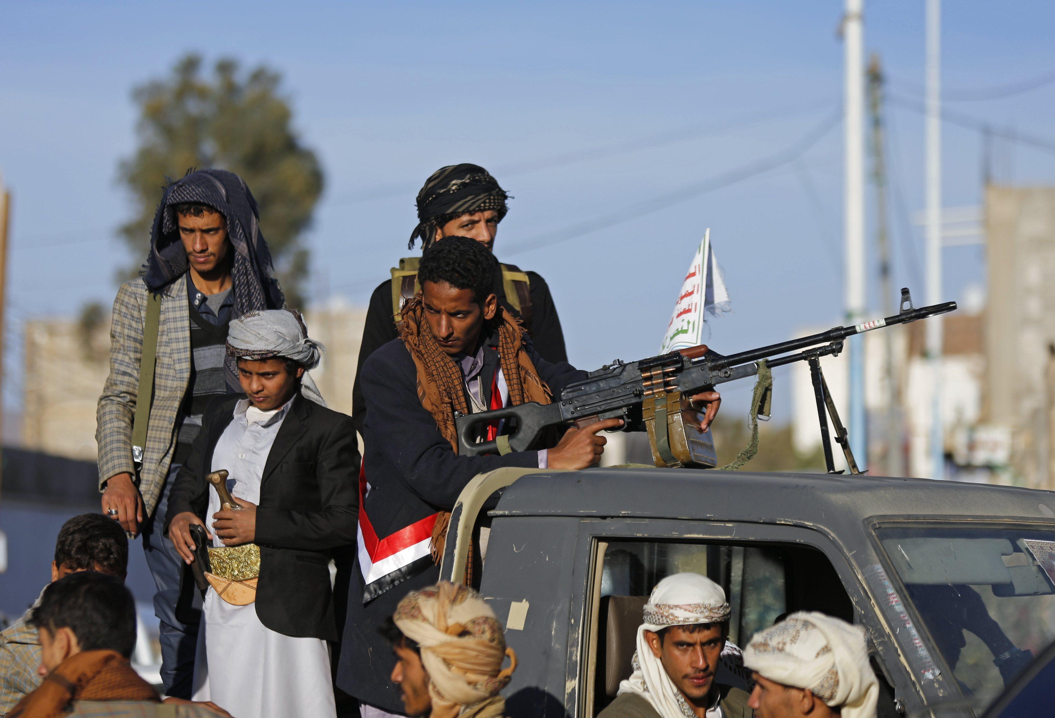 Photo of صدامات مسلحة بين طرفي الانقلاب في الحديدة ..والحوثيون يعتقلون ضباطا موالين للمخلوع