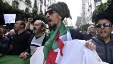 Photo of الجزائريون يصرون على التظاهر في يوم الجمعة الـ45 من الحراك