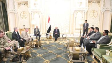 Photo of الرئيس اليمني يقول إن إيران تسعى للسيطرة على باب المندب