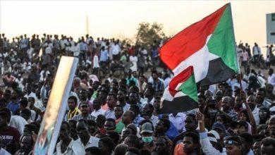Photo of السودانيون يتظاهرون أمام سفارة الإمارات احتجاجاً على إرسال أبنائهم للقتال في اليمن