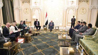 Photo of الرئاسة اليمنية تشيد بجهود السويد الرامية إلى تحقيق السلام في البلاد