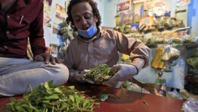 """Photo of اليمنيون يتوافدون على """"أسواق القات"""" رغم تفشي """"كورونا"""" (تقرير)"""