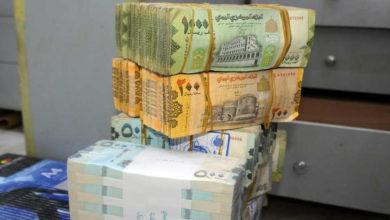 Photo of انهيار قيمة الريال اليمني يفاقم الوضع الاقتصادي.. الحكومة والحوثيون يتقاسمون المسؤولية