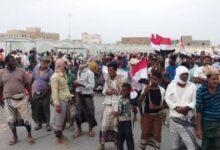 "Photo of ""مظاهرة سقطرى"" تطالب بخروج العناصر المسلحة وتسليم معسكرات الجزيرة للدولة"