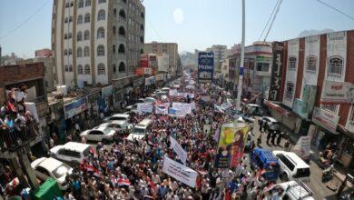 Photo of تظاهرات في تعز دعماً للشرعية وتطالب ببسط الأمن في المدينة
