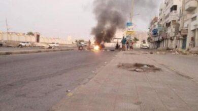 Photo of محتجون غاضبون يغلقون شوارع رئيسية في المكلا تنديداً بتردي الخدمات