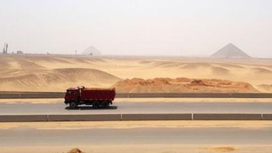 "Photo of مصر تشق طريقين سريعين عبر ""هضبة الأهرامات"" مما يثير حفيظة الخبراء"