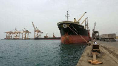 Photo of الحكومة تسمح لسفن نفط بالدخول إلى ميناء الحديدة